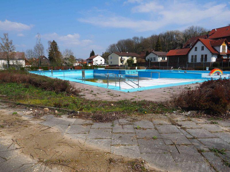 Versickert hier unser Geld? Foto: Reinhard Fliß Zeigt die Baustelle Schwimmbad Ober-Ramstadt am 14.04.2019